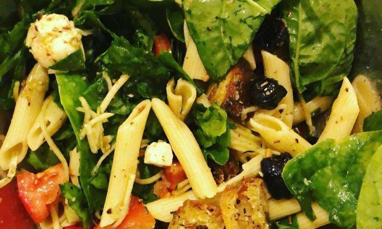 Salade, Pâte, Epinards, Tomates, Olives noires, Mozzarella, Courgettes, Crouton,  Sauce basilic, Bar à salade, Le petit Ours Gourmand, Villeurbanne